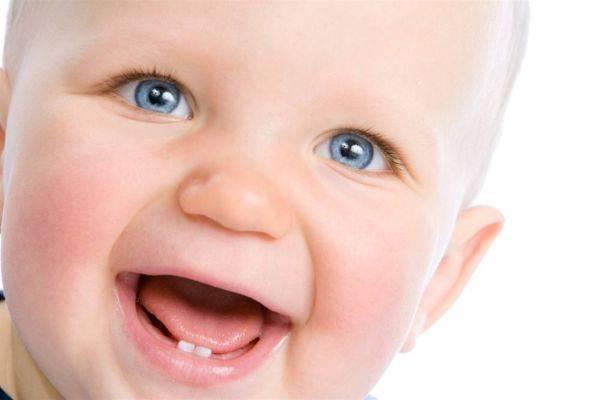Грудничок с прорезанными нижними зубами
