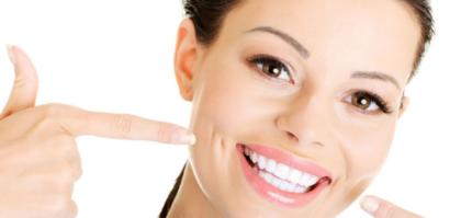 девушка с отбеленными зубами