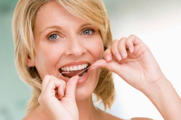 Чистка зубов ниткой