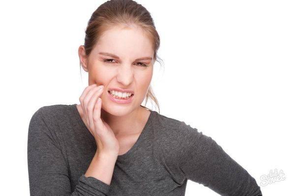 болит зуб у девушки